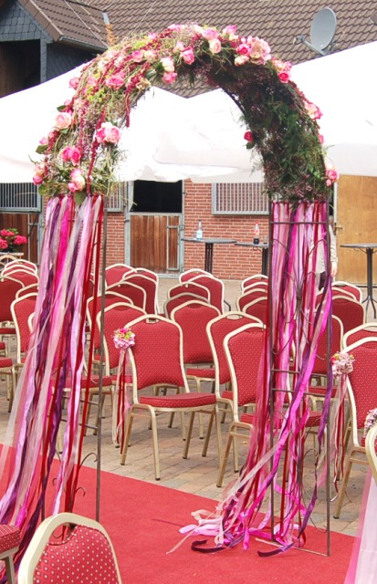bl tenb gen runder rosenbogen in rot pink und beerent nen. Black Bedroom Furniture Sets. Home Design Ideas