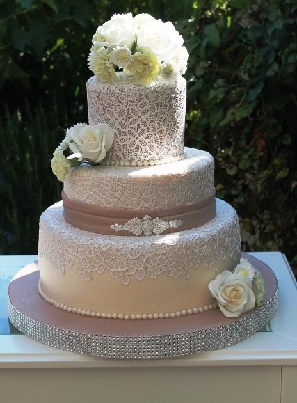 ... Tortenkunst : Cappuccinofarbene Hochzeitstorte mit zarter Spitze